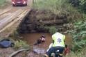 Jovem cai de ponte e se salva ficando com a cabeça fora da água