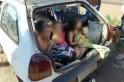Carro com três crianças no porta malas puxava ciclista com uma corda