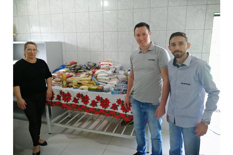 Empire entrega alimentos arrecadados em projeto social