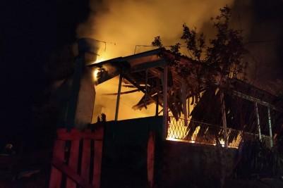 Por problemas elétricos casa é destruída pelo fogo